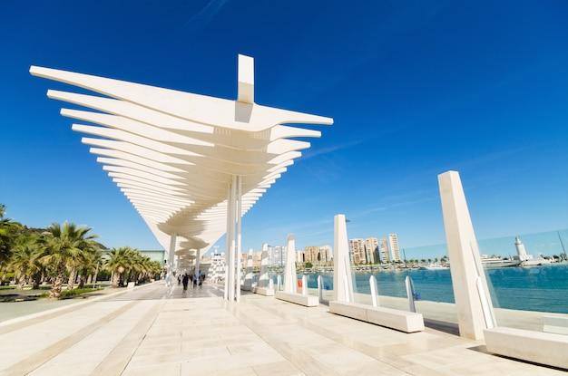 Бульвар в порту малаги, малага, андалусия, испания. Premium Фотографии