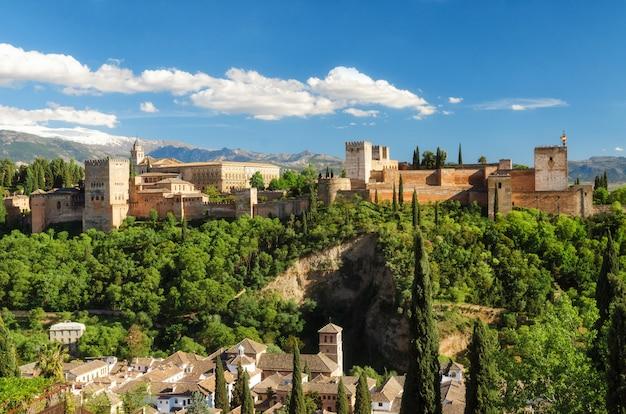 Старая арабская крепость альгамбра внутри, гранада, испания, европейский ориентир ориентир перемещения. Premium Фотографии