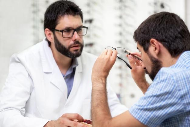 試しに眼鏡を提供している眼科医 Premium写真