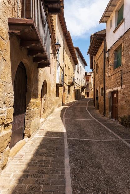 スペイン、アラゴン地方のウンカスティージョの古代村の中世の通り。 Premium写真