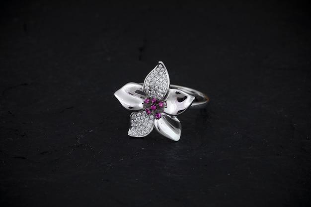 Кольцо с бриллиантом Premium Фотографии