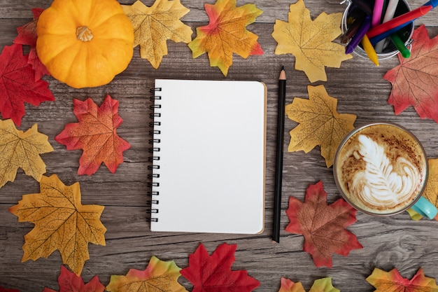 カラフルな秋の装飾とカエデの葉で学校に戻ってメモ用紙をモックアップします。 Premium写真