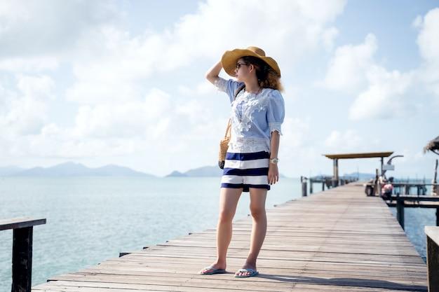 木製の橋-タイ、マーク島でリラックスした一人の女性 Premium写真