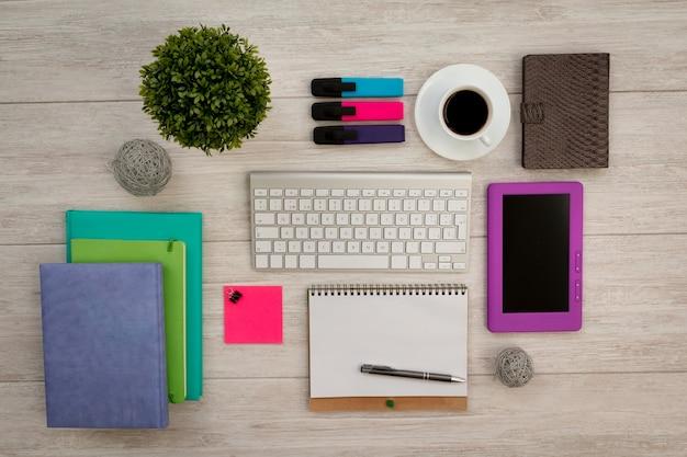 灰色のテーブル上の色とりどりのビジネスデスクトップオブジェクト Premium写真