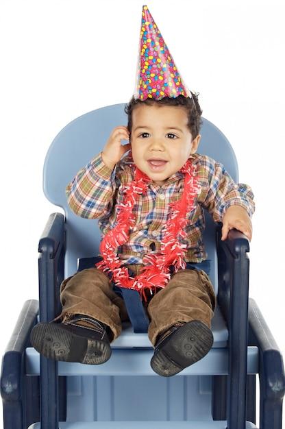 Очаровательны мальчик празднует ваш день рождения на белом фоне Premium Фотографии