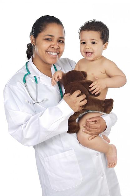 彼女の腕に赤ちゃんと愛らしい医者以上の白い背景 Premium写真