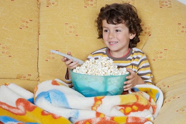 愛らしい子供自宅でテレビを見る Premium写真