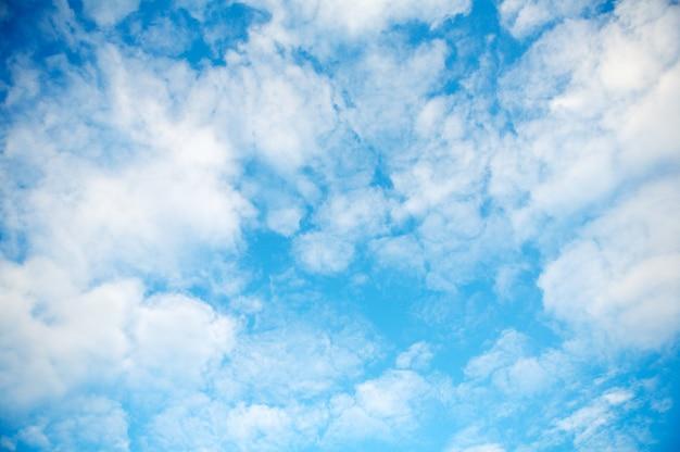 Голубое небо с белыми облаками в драгоценный день Premium Фотографии