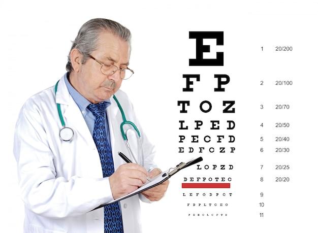 患者の目の健康を見直しシニアオキュリスト男性 Premium写真