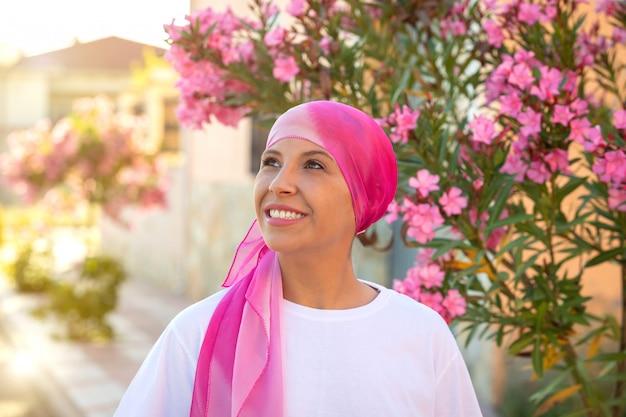 頭の上のピンクのスカーフを持つ女性 Premium写真