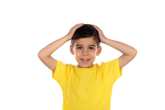 Удивленный ребенок с желтой футболкой Premium Фотографии
