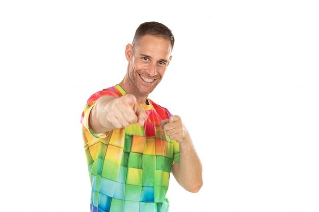 Красивый парень с цветной футболкой, указывая что-то своими руками Premium Фотографии