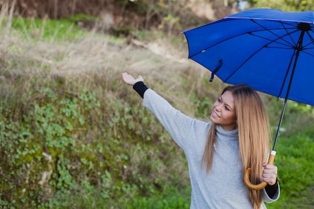 若い、女の子、散歩、青、傘 Premium写真