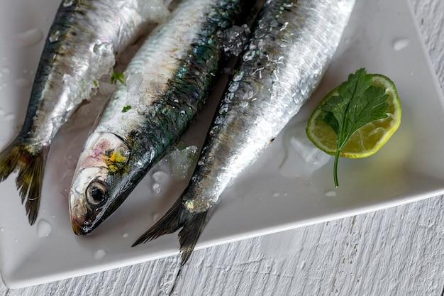 木製のボード上の生の生の魚。バックグラウンド。上から Premium写真