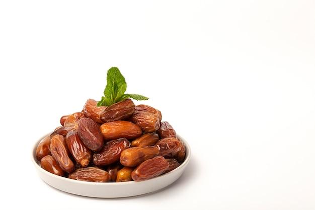 ラマダンのフルーツ、ミント、シナモンの日付 Premium写真
