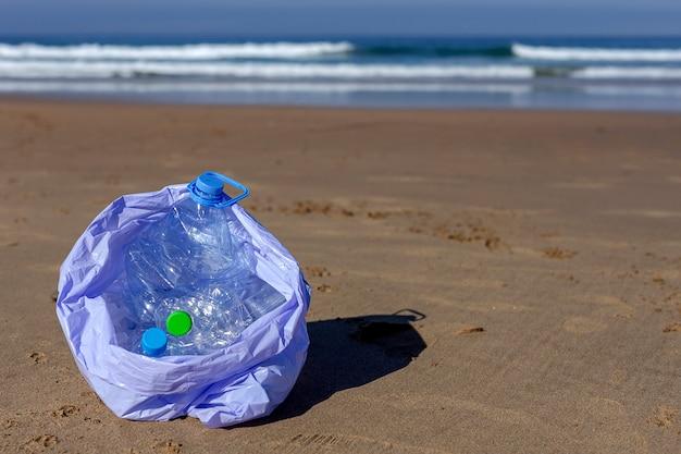 Уборка мусора и пластика на пляже Premium Фотографии
