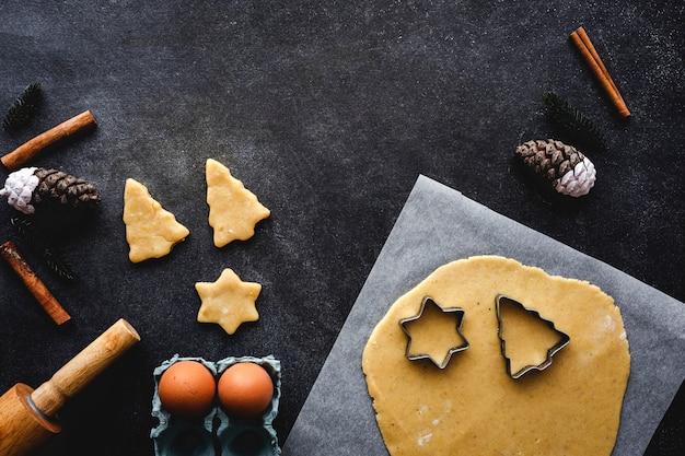Пряничное тесто на рождество Premium Фотографии