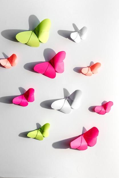 Разноцветные бабочки оригами сверху Premium Фотографии