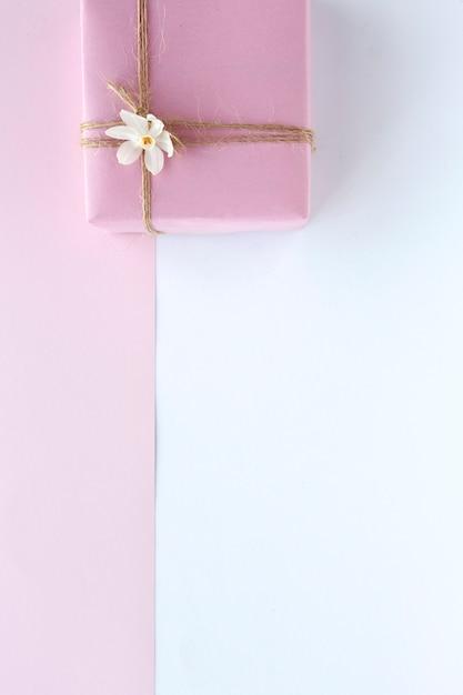 Подарочные коробки украшены красочным фоном Premium Фотографии