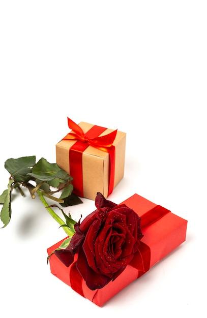Композиция из красных роз и подарочных коробок Premium Фотографии