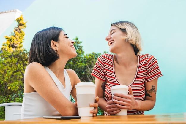 コーヒーショップでデートをしている愛情のあるカップル 無料写真