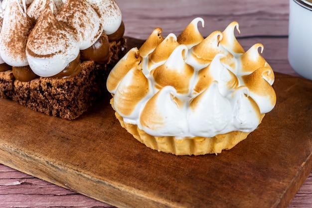 Мини шоколадный торт и лимонный пирог. Premium Фотографии