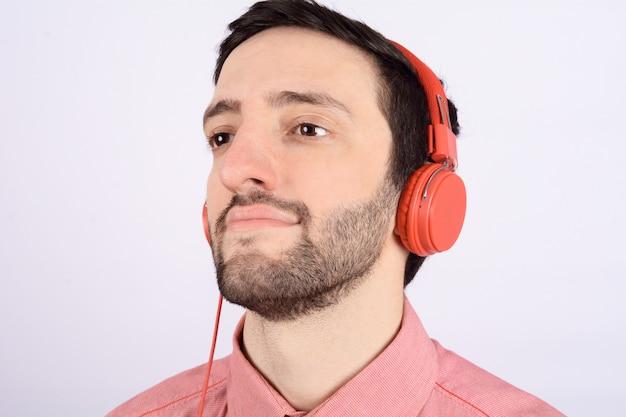 ヘッドフォンと若い男 Premium写真