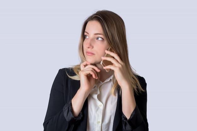 Деловая женщина разговаривает по мобильному телефону Premium Фотографии