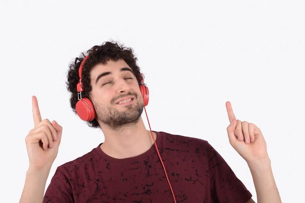 ヘッドフォンを持つ面白い若者 Premium写真