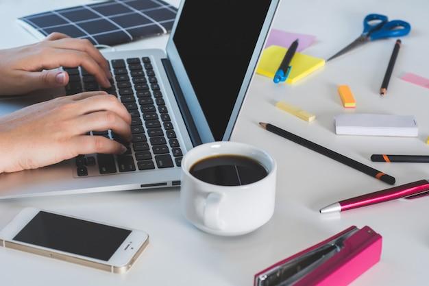 コンピューターの手で働く女性をクローズアップ Premium写真