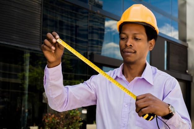 ハード帽子でアフロアメリカン建築家の肖像画 Premium写真
