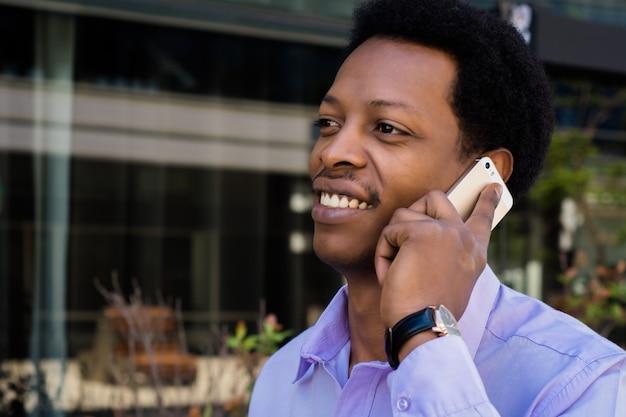 携帯電話で話している実業家 Premium写真