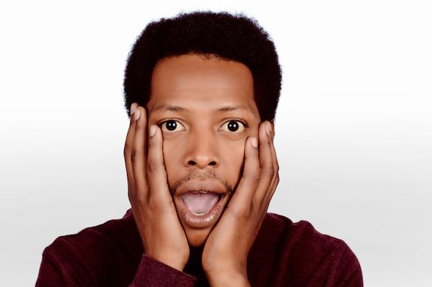 ショックを受けたアフロアメリカ人の肖像画。 Premium写真