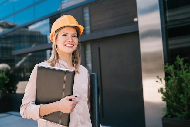 Профессиональный архитектор женщина, стоящая на открытом воздухе. Premium Фотографии