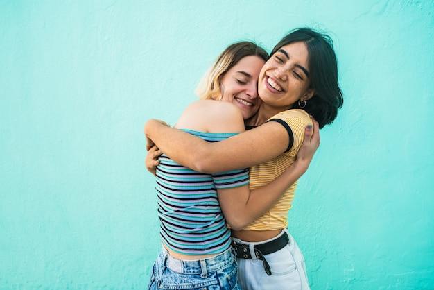 愛するレズビアンカップルを抱き締めます。 Premium写真
