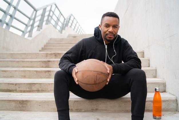 バスケットボールを保持している運動の男 Premium写真