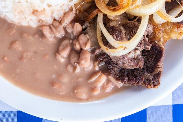 Тарелка типичной бразильской кухни - стейк с луком Бесплатные Фотографии