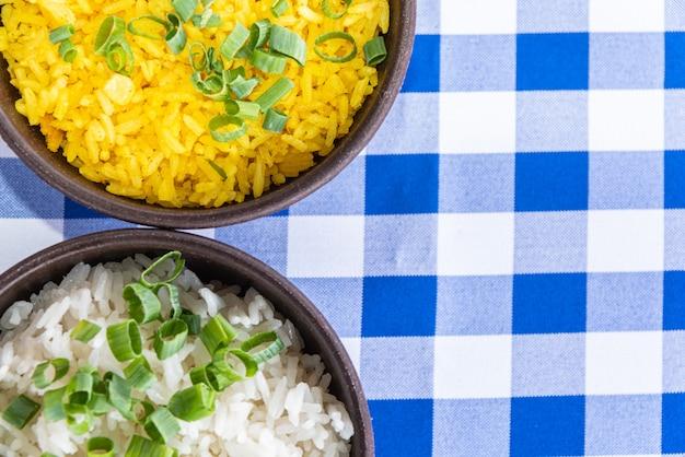 Белый и желтый рис чаша на синий и белый стол Бесплатные Фотографии