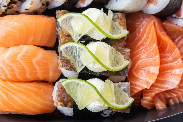 テーブルの上の皿にさまざまな寿司-詳細 無料写真
