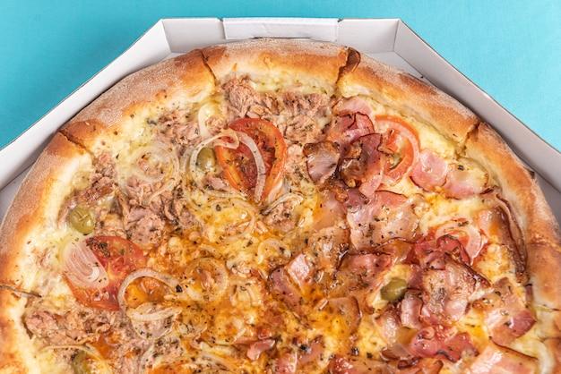 テーブルの上の水色のピザ 無料写真