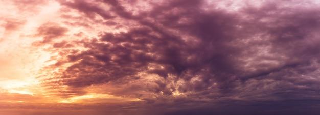ゴールデンアワーの空と嵐の曇り自然パノラマ Premium写真