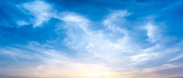 Панорама утреннего неба и облака Premium Фотографии