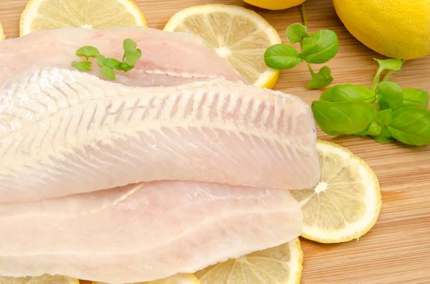 レモンと生の魚の切り身 Premium写真