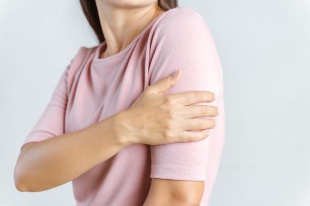 腕の痛み。腕の筋肉の痛みを伴う痛みに苦しむ美しい女性。ヘルスケアと医療の概念。 Premium写真