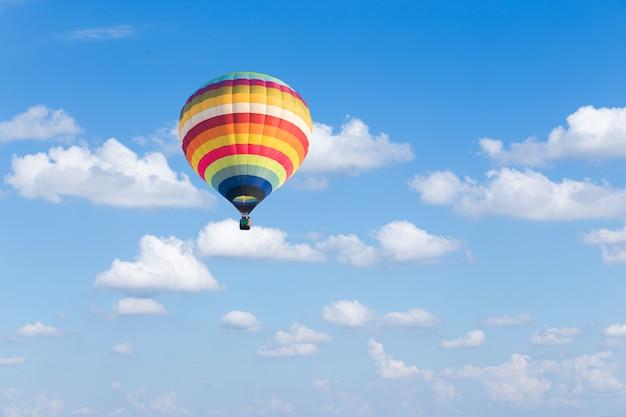 青い空を背景にカラフルな熱気球 Premium写真