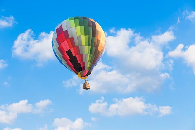 Красочный воздушный шар на фоне голубого неба Premium Фотографии