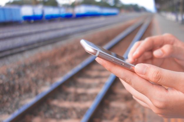 空のコピースペース画面で携帯電話を持っている女性の手の画像を切り刻んだ Premium写真