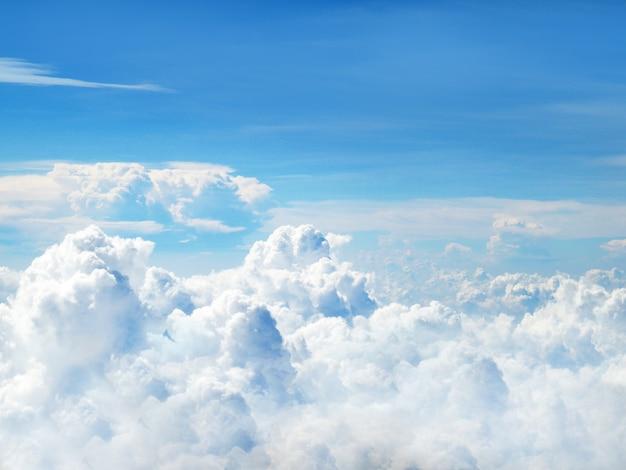 Ясное голубое небо и белые пушистые облака Premium Фотографии