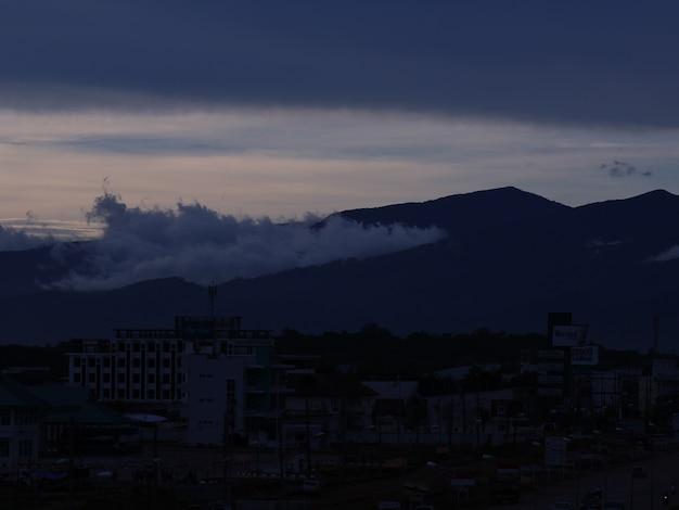トワイライトで霧を伴うラオス山脈 Premium写真