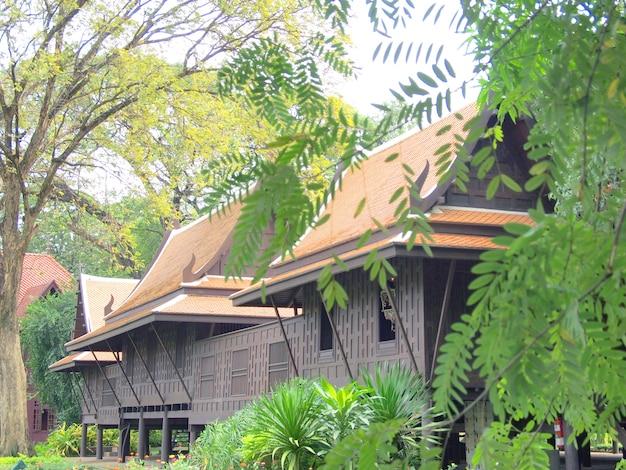 タイ風、チーク材の家の庭、タイ Premium写真